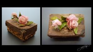 Tamamen mukavva ve kağıt kulanılarak yapılmış ve  eskitilmiştir ,güller ,dal ve yapraklar kağıttır.Kutu boyutu 2 cm x 1.5 cm