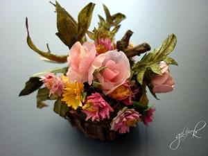 Sepet ve çiçekler tüm malzeme sadece mukavva ve kartondur .