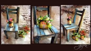 Gözün deydiği heryer arka duvar ,zemin ,sandelye ,çiçekler,saksılar hepsi ve sadece mukavva ve karton .